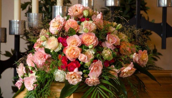 kwiaty pogrzeb trumna